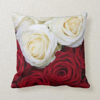 赤と白バラの枕 クッション