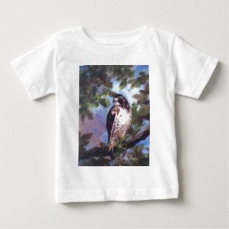 赤によって後につかれるタカの乳児のTシャツ ベビーTシャツ