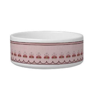 赤によって曇らされるカップケーキを持つかわいいモンスター ボウル