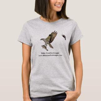 赤によって追跡されているミサゴによってはクロドリが飛びました Tシャツ