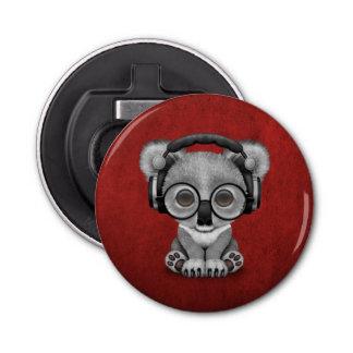 赤のかわいいベビーのコアラDjの身に着けているヘッドホーン 栓抜き