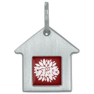赤のかわいらしい白い花の花弁の芸術 ペットネームタグ