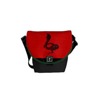 赤のカッコいいの動物の赤くか黒いヘビのコブラ メッセンジャーバッグ