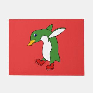 赤のクリスマスの緑のペンギンはアイススケートします ドアマット