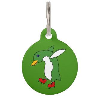 赤のクリスマスの緑のペンギンはアイススケートします ペット ネームタグ