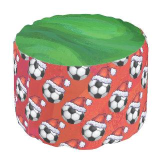 赤のサンタの帽子のサッカーボールパターン プーフ