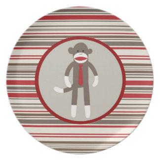 赤のストライプのタイを持つボスのソックス猿のように プレート