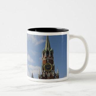 赤の広場、モスクワ、ロシアのSpasskayaタワー ツートーンマグカップ