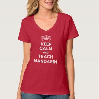 赤は穏やか保ち、マンダリンの女性にV首を教えます Tシャツ