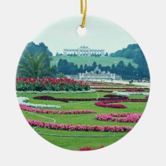 赤はShonbrunnの城、ウィーン、オーストリア開花します セラミックオーナメント