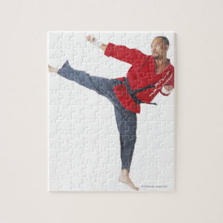赤を身に着けているアジア男性の空手の黒帯 ジグソーパズル
