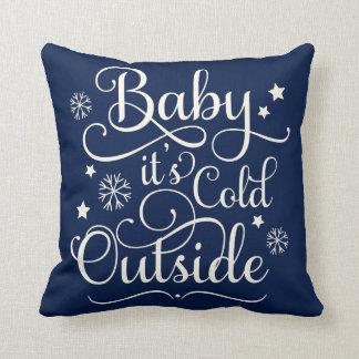 赤ん坊それは冷たい外側|の休日の装飾用クッションです クッション