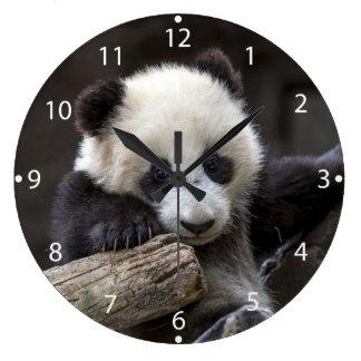赤ん坊のパンダの上昇木 ラージ壁時計