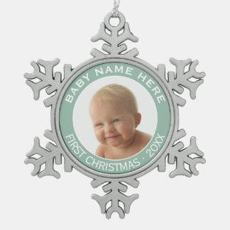 赤ん坊の初めてのクリスマスの写真名前をカスタムするおよび年 スノーフレークピューターオーナメント