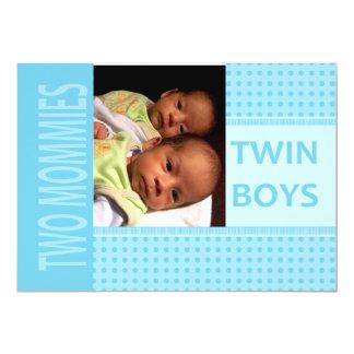 赤ん坊の対の男の子のレズビアンのお母さんの誕生の発表 カード