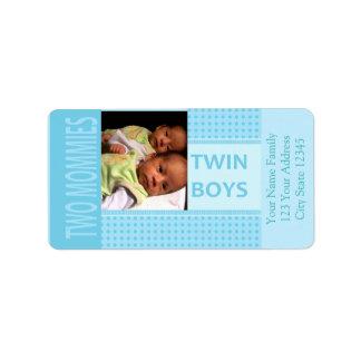 赤ん坊の対の男の子のレズビアンのお母さんの誕生の発表 宛名ラベル