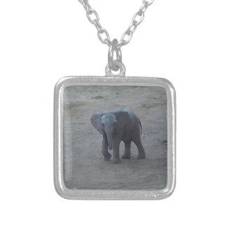 赤ん坊象のネックレス-シダのサバンナによる… シルバープレートネックレス