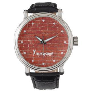 赤レンガの壁の落書きはあなたの名前を加えます 腕時計