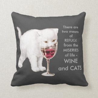 赤ワインの芸術の引用文を飲んでいるヴィンテージの白い子ネコ クッション