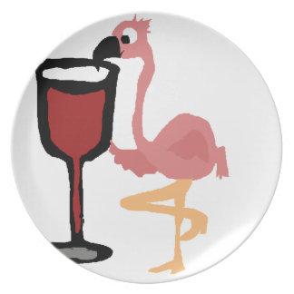 赤ワインを飲んでいるおもしろいなピンクのフラミンゴ プレート