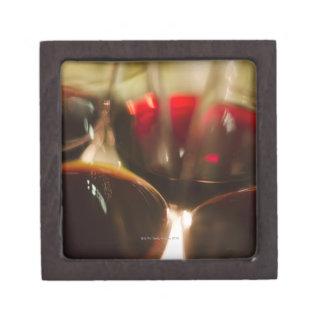 赤ワインガラスのクローズアップの眺め ギフトボックス