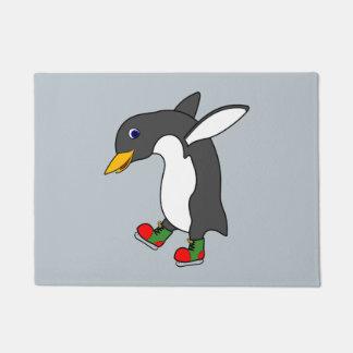 赤及び緑のクリスマスのペンギンはアイススケートします ドアマット