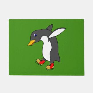 赤及び金ゴールドのクリスマスのペンギンはアイススケートします ドアマット