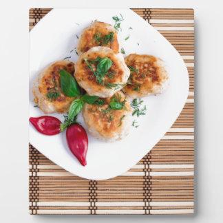 赤唐辛子を持つみじん切りの鶏のミートボール フォトプラーク