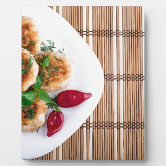 赤唐辛子を持つみじん切りの鶏の揚げられていたミートボール フォトプラーク