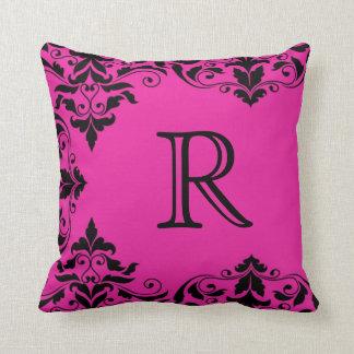 赤紫及び黒いモノグラムのダマスク織の枕 クッション