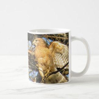 赤背負われたタカのコーヒー・マグ コーヒーマグカップ