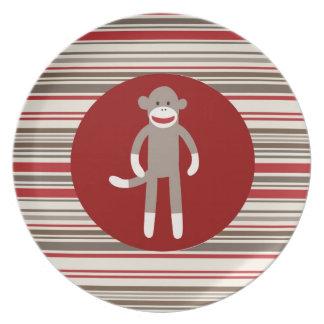 赤茶色赤い円のかわいいソックス猿は縞で飾ります プレート