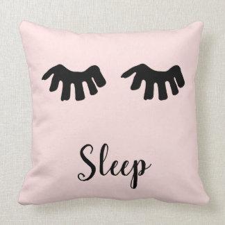 赤面のピンクの黒く魅力的なまつげの睡眠 クッション