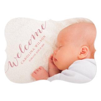 赤面のモダンな女の赤ちゃんの誕生の写真の発表 カード
