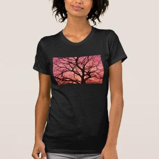 赤面の木のシルエットを均等にすること Tシャツ
