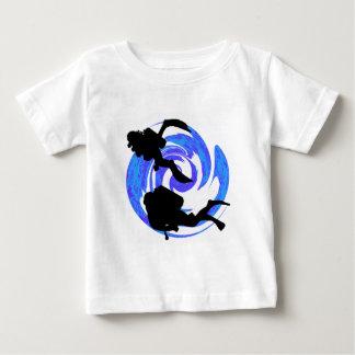 起こるスキューバ ベビーTシャツ