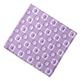 足を搭載する紫色のギンガム バンダナ