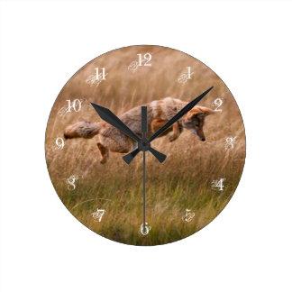 跳躍しているコヨーテ-テナガザル草原 ラウンド壁時計