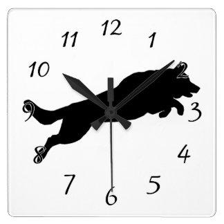 跳躍のジャーマン・シェパードのシルエット愛犬 スクエア壁時計