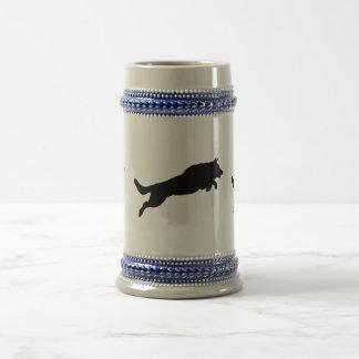 跳躍のジャーマン・シェパードのシルエット愛犬 ビールジョッキ