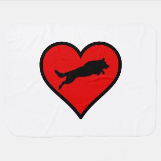 跳躍のジャーマン・シェパードのハート愛はシルエットの後をつけます ベビー ブランケット