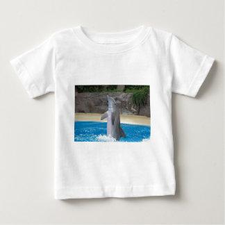 踊りのイルカの乳児のワイシャツ ベビーTシャツ