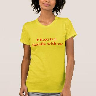 車が付いている壊れやすいハンドル Tシャツ