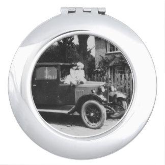 車のヴィンテージのイメージの円形の密集した鏡の女の子