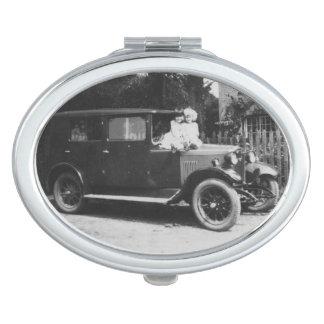 車のヴィンテージのイメージの楕円形の密集した鏡の女の子