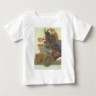 車のKrampus Obductingの小さな女の子 ベビーTシャツ
