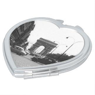 車及びアーチの白黒のイメージのハートのコンパクトの鏡