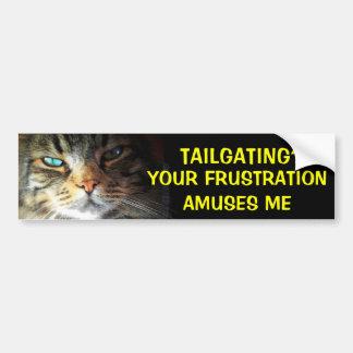 車間距離無視か。 あなたの欲求不満は豊富な猫を楽しませます バンパーステッカー