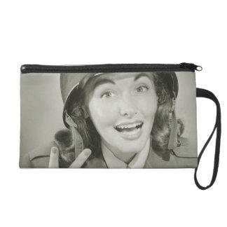 軍隊のヘルメットを身に着けている女性 リストレット