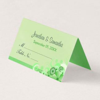 軽いパステル調の緑のハイビスカスの花柄によって折られるテーブル プレイスカード